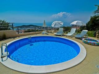 Bright 5 bedroom Makarska Villa with Internet Access - Makarska vacation rentals