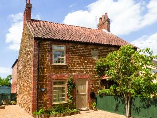 MULBERRY COTTAGE woodburning stove, pet-friendly, close to coast in Snettisham Ref 905938 - Snettisham vacation rentals