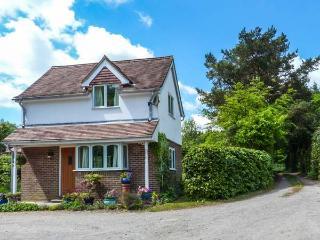 WOOD GLEN COTTAGE, romantic, woodburner, enclosed garden, WiFi, near Heathfield, Ref 920524 - Warbleton vacation rentals