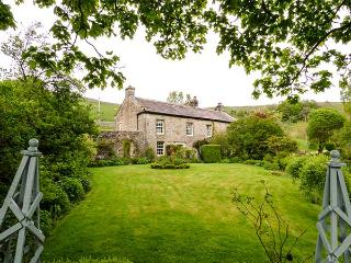 HILLTOP HOUSE, Grade II listed, large grounds, hot tub, woodburning stove, near Starbotton, Ref 920674 - Starbotton vacation rentals