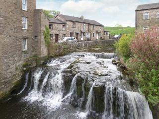 BRIDGE HOUSE, character cottage with woodburner, en-suite, amenities and walks on doorstep, Hawes Ref 922466 - Hawes vacation rentals