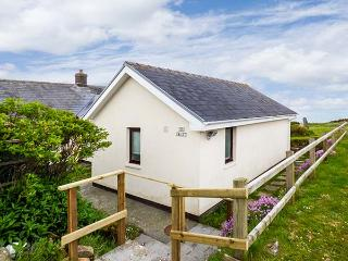 THE CHALET, sea views, open fire, WiFi, spacious and bright, chalet near Broad Haven, Ref. 923518 - Broad Haven vacation rentals