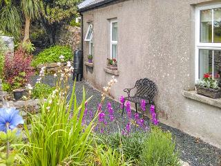 GABLE COTTAGE, detached, multi-fuel stove, pet-friendly, enclosed courtyard, in Roundstone, Ref 924976 - Roundstone vacation rentals