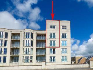 THE PENTHOUSE-PWLLHELI, sea views, off road parking, en-suites, pet-friendly apartment in Pwllheli, Ref. 14782 - Pwllheli vacation rentals