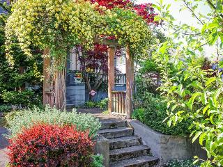 Perfectly located north-facing Queen Anne home! Gourmet kitchen, fenced backyard - Seattle vacation rentals