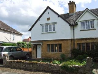 BREDON VIEW, end-terrace, three bedrooms, open fire, enclosed garden, in Broadway, Ref 917443 - Willersey vacation rentals