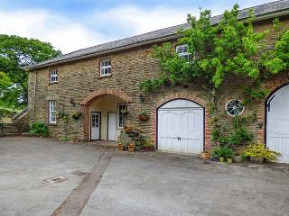 CARRIAGE APARTMENT, all first floor in Grade II listed coach house, parking, garden, in Lydney, Ref 924554 - Lydney vacation rentals