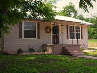 2 bedroom Cottage with Internet Access in Gatesville - Gatesville vacation rentals