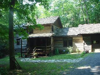 SPACIOUS LOG CABIN ON CREEK W/BUBBLING HOT TUB, FIRE PIT, WIFI & AIR HOCKEY! - Todd vacation rentals
