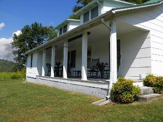 """COUNTRY CLASSIC""  Farm House - On The New River! Memorial Day Weekend Avail! - Crumpler vacation rentals"