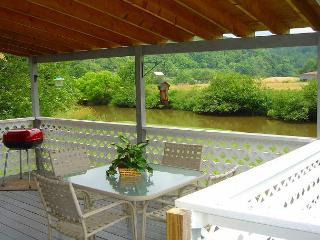 """PEACEFUL FEELING""  Cottage On The New River - LOW MAY RATES! - Warrensville vacation rentals"