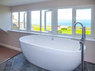 SEA VIEW APARTMENT, beach across road, sea views from most rooms, WiFi, in Llanfairfechan, Ref 924749 - Llanfairfechan vacation rentals