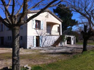 Maison avec grand jardin, en bord de rivière - Berrias et Castejau vacation rentals