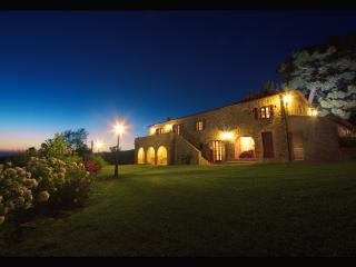 Fantastic 5 bedroom Tuscan farmhouse with panoramic views and swimming pool - Cortona vacation rentals