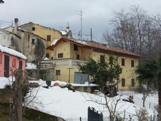 casa vacanza monti e mare, adatta estate e inverno - Montebello di Bertona vacation rentals