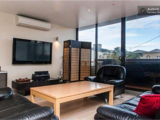 LUXURY LIVING GYM, POOL, BEACH, CBD - Melbourne vacation rentals