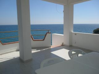 Charming Townhouse in Isola di Capo Rizzuto with Deck, sleeps 6 - Isola di Capo Rizzuto vacation rentals