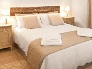 CASA LETIZIA elegante monolocale CENTRO STORICO WF - Bologna vacation rentals