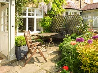PARK HOUSE, romantic, character holiday cottage, with open fire in Kirkbymoorside, Ref 2376 - Kirkbymoorside vacation rentals
