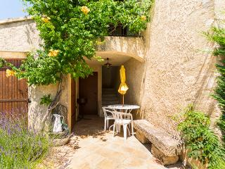 Les Cerisiers - Luberon village near Cavaillon - Taillades vacation rentals