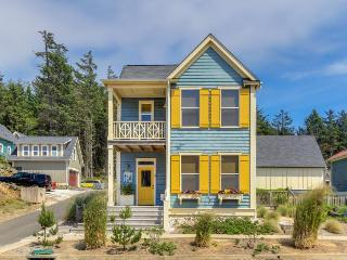 Lovely home w/private hot tub, shared pool! Enjoy close beach access & nice deck - Lincoln City vacation rentals