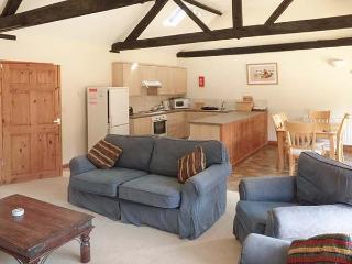 BEECHWOOD, single-storey cottage, four poster, en-suite, in Fakenham, Ref 24285 - Fakenham vacation rentals