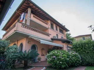 """App. in Villa Affitti minimo 7 Giorni """"Vista Mare"""" - Marina Di Massa vacation rentals"""