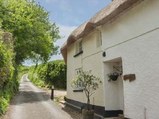 LARKSWORTHY COTTAGE thatched cottage, woodburner, WiFi, enclosed garden, North Tawton, Ref 917663 - North Tawton vacation rentals