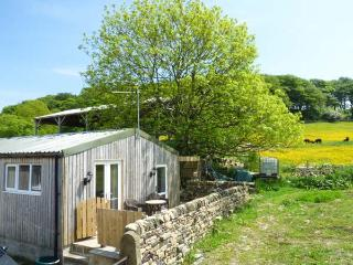 THE OLD CORN STORE, en-suite, hot tub, WiFi, pet-friendly cottage, near Haworth, Ref. 916393 - Haworth vacation rentals