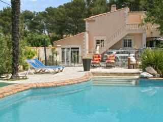 Spacious apartment near Aix-en-Provence with swimming pool, terrace, garden and WiFi - sleeps 4 - Velaux vacation rentals