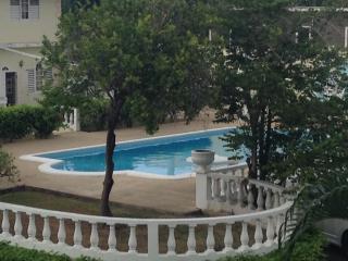 Ocho Rios Chill & Relax - 1 BR Duplex w/2 Full Baths FREE Parking/WiFi/Cable - Ocho Rios vacation rentals