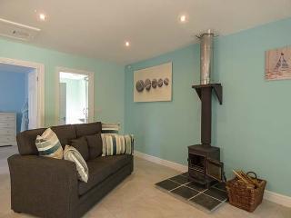 ORCHARD LODGE, all ground floor, pet-friendly, shared garden, woodburner, WiFi, near Tywardreath,Ref 922818 - Tywardreath vacation rentals