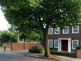 LONDON 5 DOUBLE BEDROOMS- PARKING/WIFI/TUBE/GARDEN - London vacation rentals