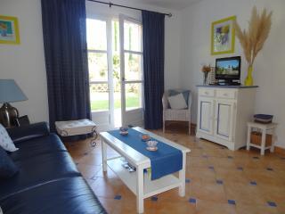Bright 2 bedroom La Mole Apartment with Internet Access - La Mole vacation rentals