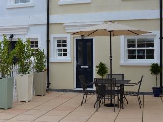Lymington town centre, sea view, parking, patio - Lymington vacation rentals