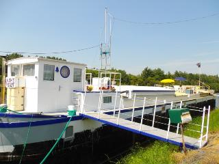 Nice Houseboat with Balcony and Garage - Bethune vacation rentals