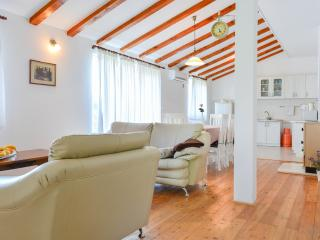 Bright 2 bedroom Kaštel Novi Apartment with Internet Access - Kaštel Novi vacation rentals
