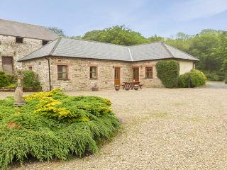 SWALLOW COTTAGE, all ground floor, shared outdoor pool, off road parking, in Llanboidy, Ref 924597 - Llanboidy vacation rentals
