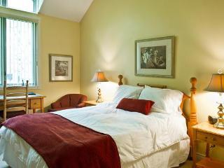 Bright 2 bedroom Condo in Big Chute - Big Chute vacation rentals