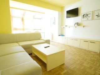 Bright 2 bedroom Condo in Tropolach with Internet Access - Tropolach vacation rentals