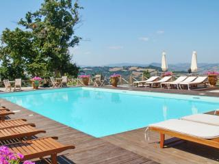 Luxury apartment near Urbino, Marche, with 3 bedrooms, shared pool, garden-view terrace and WiFi - Urbino vacation rentals