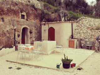 suggestiva casetta nella roccia - Mattinata vacation rentals