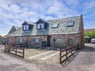 BRIDLE COTTAGE, stable conversion, sea views, WiFi, coastal walks nearby, beach 1 mile in Cove, Ref 925000 - Cockburnspath vacation rentals