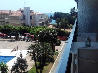 Beachfront apartment 6 people with pool,100m train - Sant Andreu de Llavaneres vacation rentals
