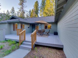 Sunny home near golf w/fireplace, hot tub, and SHARC access! - Sunriver vacation rentals