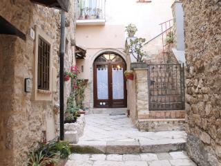 Bilocale in centro al piano terra con terrazzo - Fondi vacation rentals