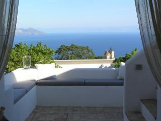 Casa Il Melograno - Ampia Villa di charme con 4 camere da letto e vista mare - Leni vacation rentals
