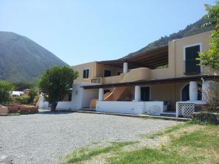 La Casetta del Palmento - Casa Eoliana con ampio terrazzo, giardino e vista mare - Malfa vacation rentals