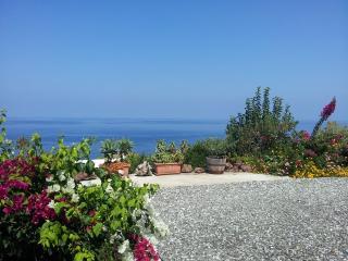 Casa Valeria, piccolo monolocale con vista mare a Malfa, Salina (Isole Eolie) - Salina vacation rentals