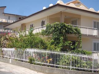 Appartamenti mono e bifamiliari a 200 m dal mare - Amantea vacation rentals